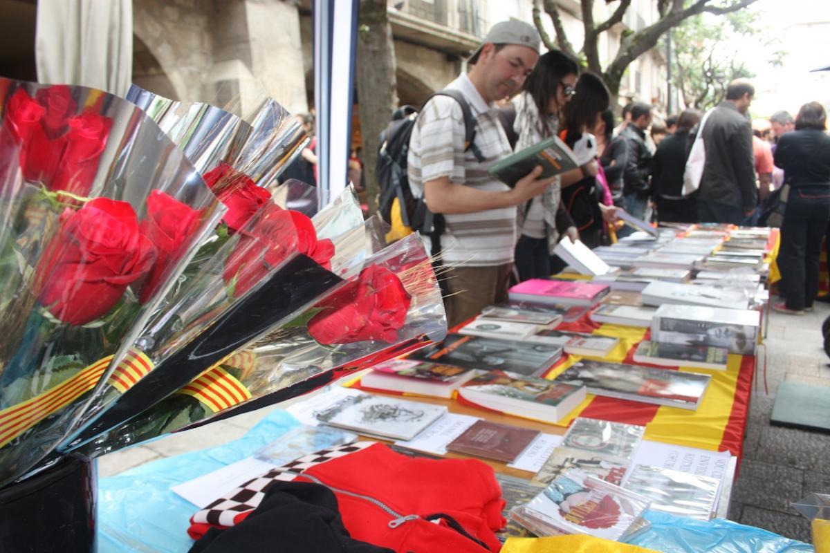 Regalar libros y rosas es una tradicción señera en el día de Sant Jordi.