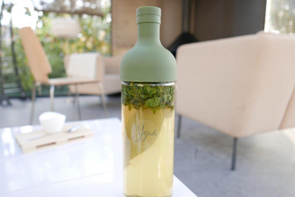 La mejor manera de preparar el agua con Moringa es macerándola en frío ©.