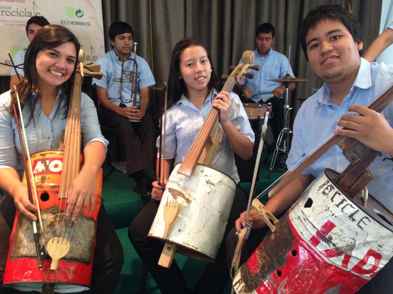 Miembros de la Orquesta de Cateura sostienen sus maravillosos instrumentos reciclados ©.