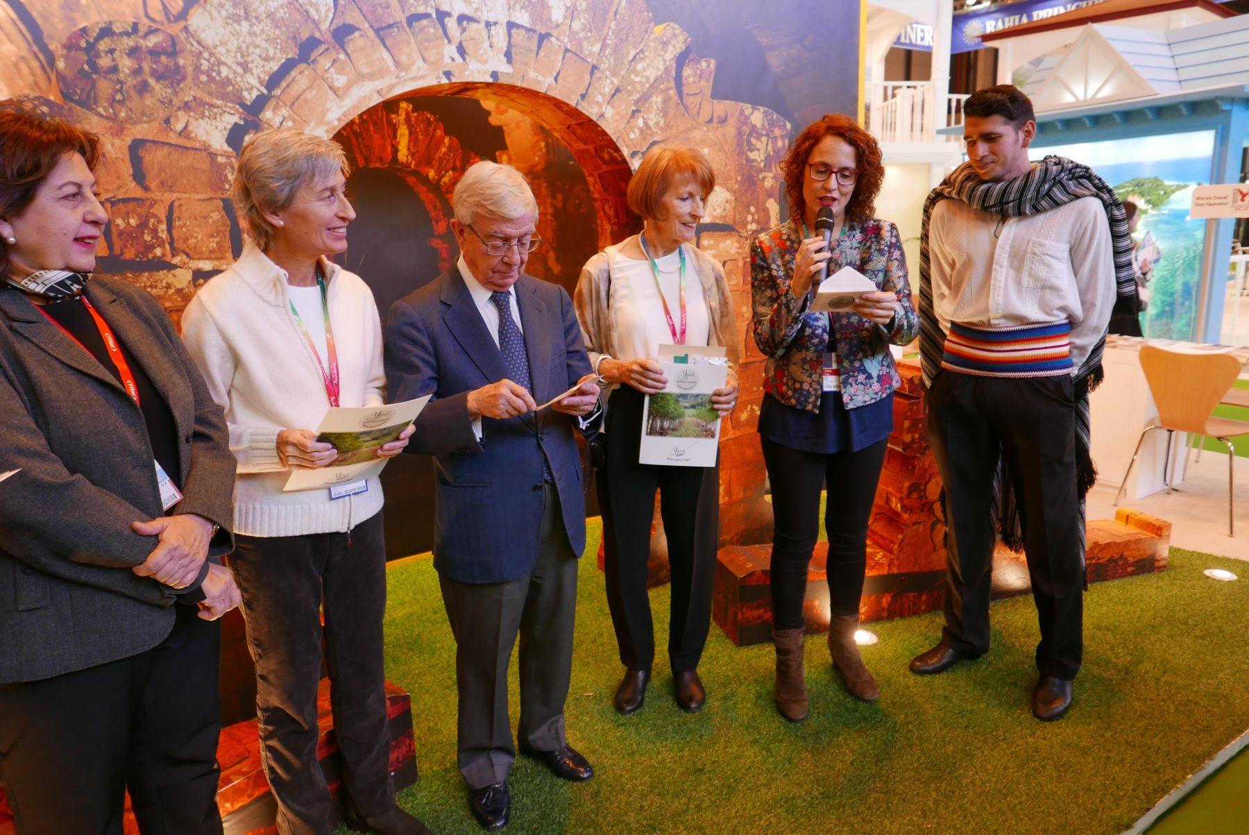 A la derecha, Teresa Valero, Directora de Información y Divulgación Científica en Fundación Española de la Nutrición, desvela quién ha ganado el Reto Moringa. La acompañan, desde la izquierda de la imagen, Doris Penoni, Directora de la Secretaría Nacional de Turismo del Paraguay (SENATUR); María del Carmen Figueras, fundadora de Yguá Moringa Guaraní; Rafael Ansón, Presidente de la Academia Iberoamericana de Gastronomía, y Carolyn Steward, Co-fundadora de Yguá Moringa Guaraní.