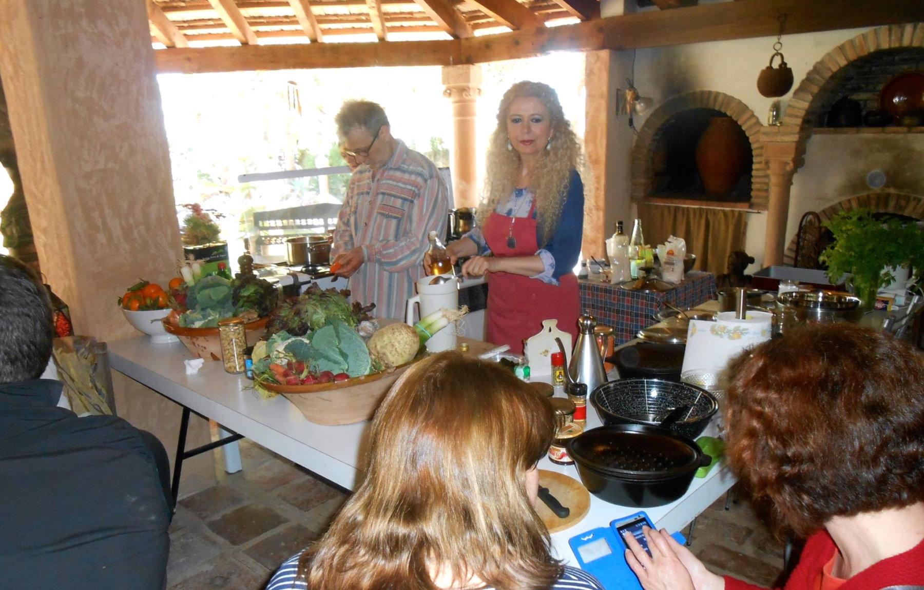 En el centro de la imagen, Elías junto a su mujer María Dolores durante uno de su cursos de cocina macrobiótica.