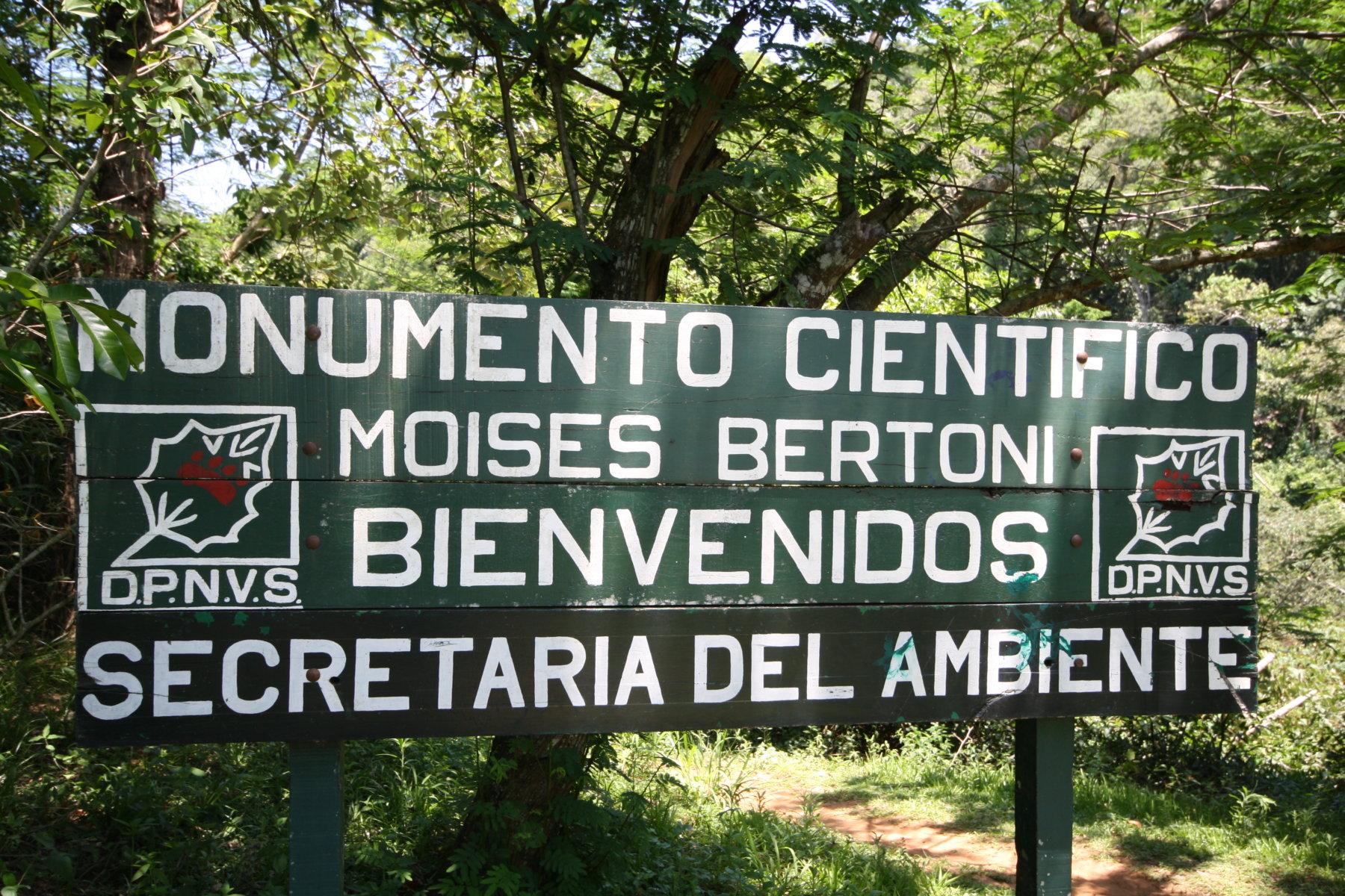 Monumento Científico Moisés Bertoni, ubicado a orillas del Río Paraná, en el Departamento de Alto Paraná, Distrito de Presidente Franco-Paraguay.