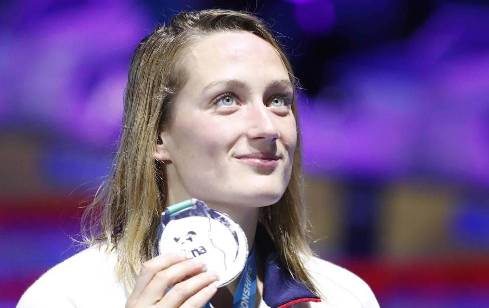 Mireia muestra su última medalla de oro.
