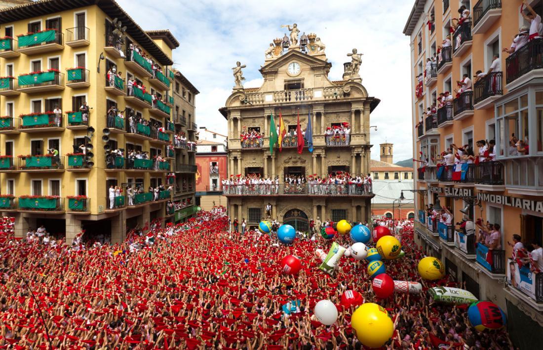 El chupinazo es el cohete que se lanza el día 6 de julio de cada año a las doce del mediodía desde el balcón de la casa consistorial de Pamplona para señalar el inicio de las fiestas de san Fermín o sanfermines. Congrega gran número de público y se retransmite en directo por televisión. Es el chupinazo más famoso del mundo.
