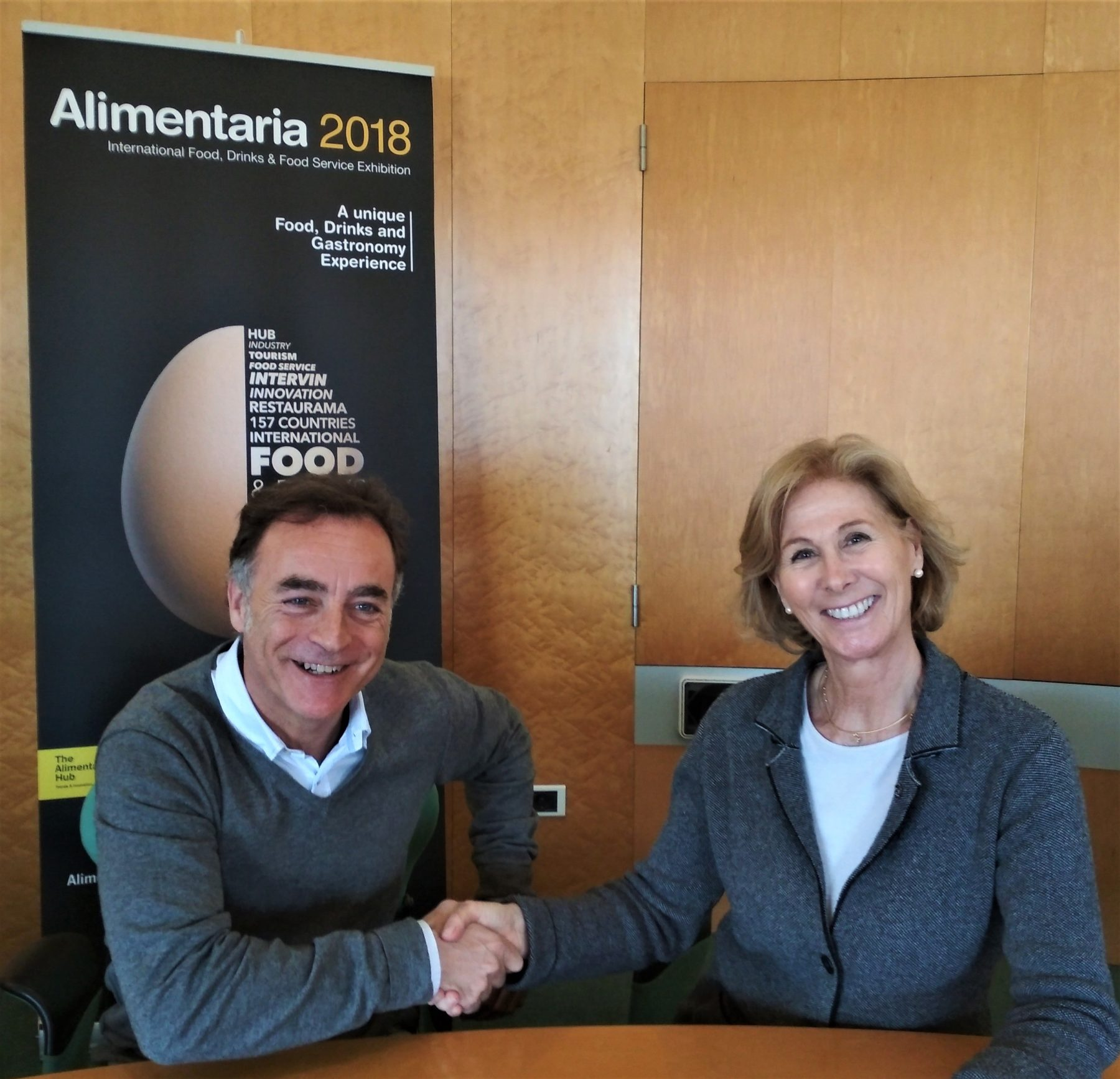 Antoni Valls, general director of the Alimentaria Exhibitions, and Roser Brutau, president of Banc dels Aliments de Barcelona, thus renew their commitment to take advantage of all the food surplus from the show.