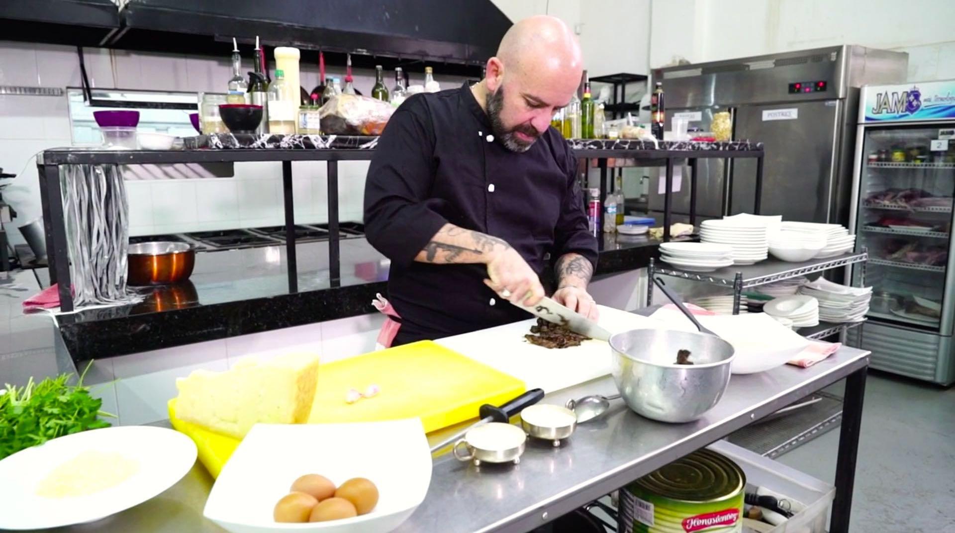 """Colaso Bo prepara en su cocina el """"Plato de doña Carmen""""."""