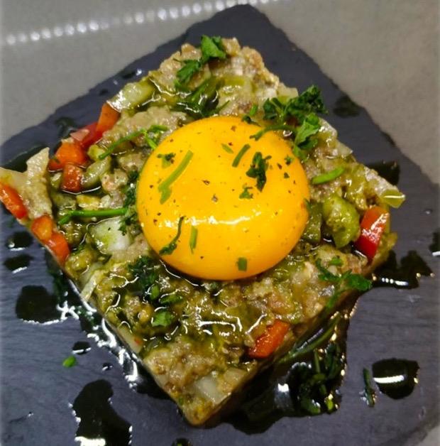 Steak tartar con mix de vegetales al toque de aceite de Moringa.