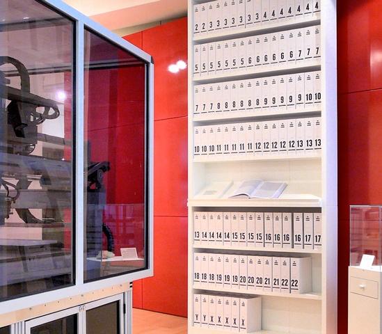 La primera presentación impresa del genoma humano fue entregada en una serie de libros, desplegados en la Colección Wellcome, Londres. De Russ London de Wikipedia en inglés, CC BY-SA 3.0.